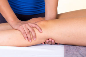 40104430 - female therapist assessment and treatment of knee pain
